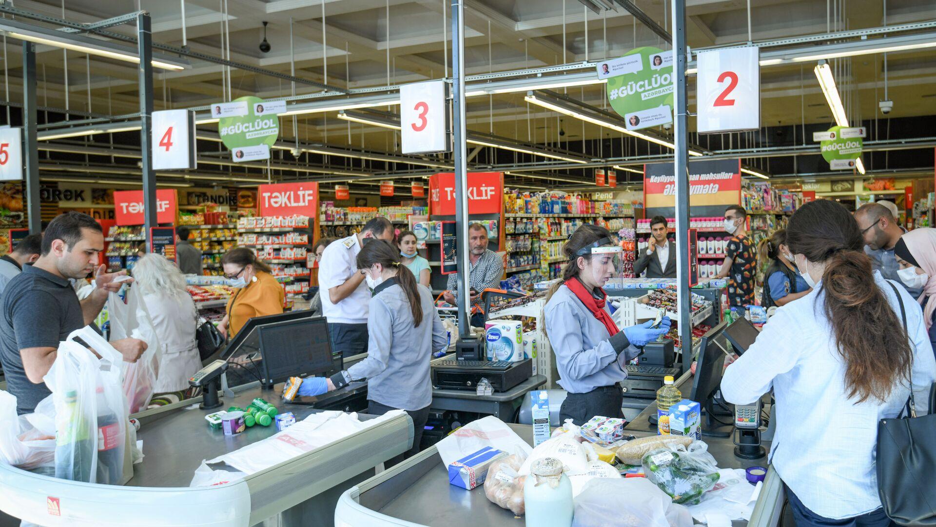 Работа супермаркета в Баку за день до ужесточения карантина - Sputnik Azərbaycan, 1920, 22.09.2021