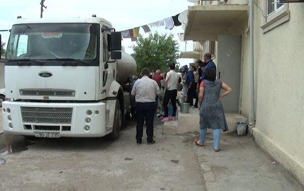 Жителям нескольких сел Нефтчалинского района привезли воду на водовозах - Sputnik Азербайджан