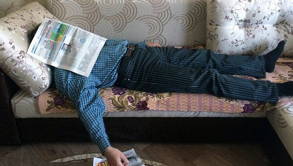 Мужчина отдыхает на диване - Sputnik Азербайджан