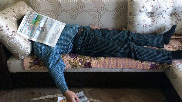 Мужчина лежит на диване, фото из архива - Sputnik Азербайджан