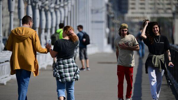 Жители Москвы идут по Крымскому мосту в Москве - Sputnik Азербайджан
