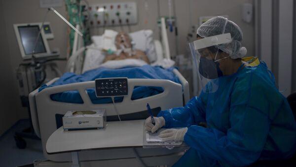 Пациент с COVİD-19 в отделение реанимации и интенсивной терапии в Бразили, фото из архива  - Sputnik Azərbaycan