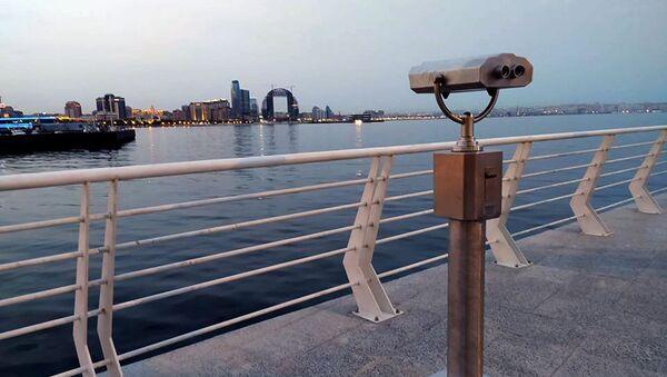 Смотровые бинокли на площадке Бакинского приморского бульвара - Sputnik Азербайджан