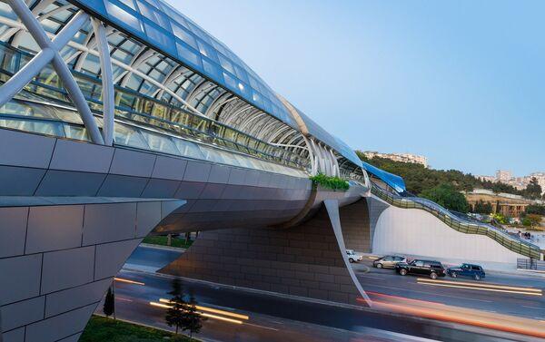 Надземный переход на улице Неаполя  - Sputnik Азербайджан