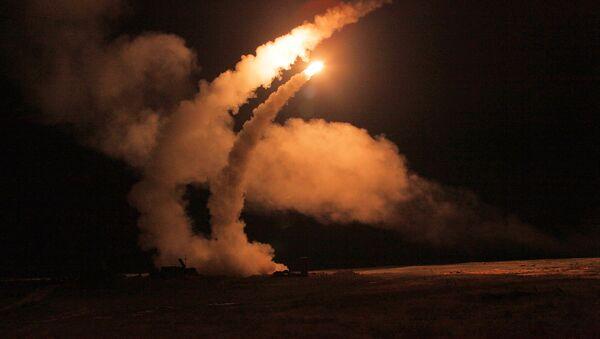 Ночной пуск ракет зенитными ракетными системами С-400 Триумф, архивное фото - Sputnik Азербайджан