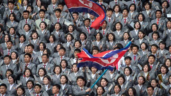 Фанаты Северной Кореи развевают флаги, фото из архива - Sputnik Azərbaycan