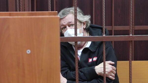 Актёр Михаил Ефремов во время избрания меры пресечения в Таганском суде Москвы - Sputnik Азербайджан