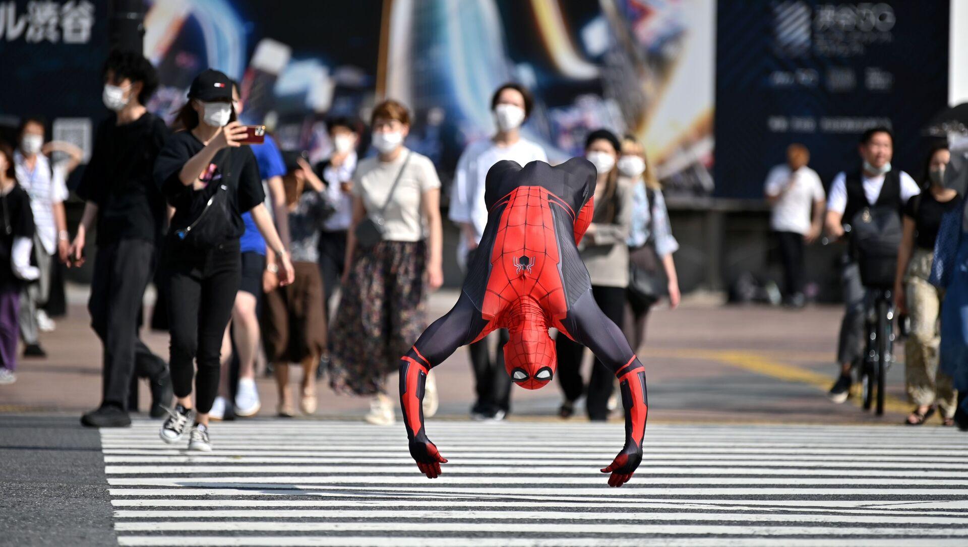 Человек в костюме Человека-паука прыгает на улице Токио - Sputnik Azərbaycan, 1920, 27.08.2021