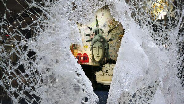 Разбитая витрина магазина Dolce and Gabbana в Нью-Йорке - Sputnik Азербайджан