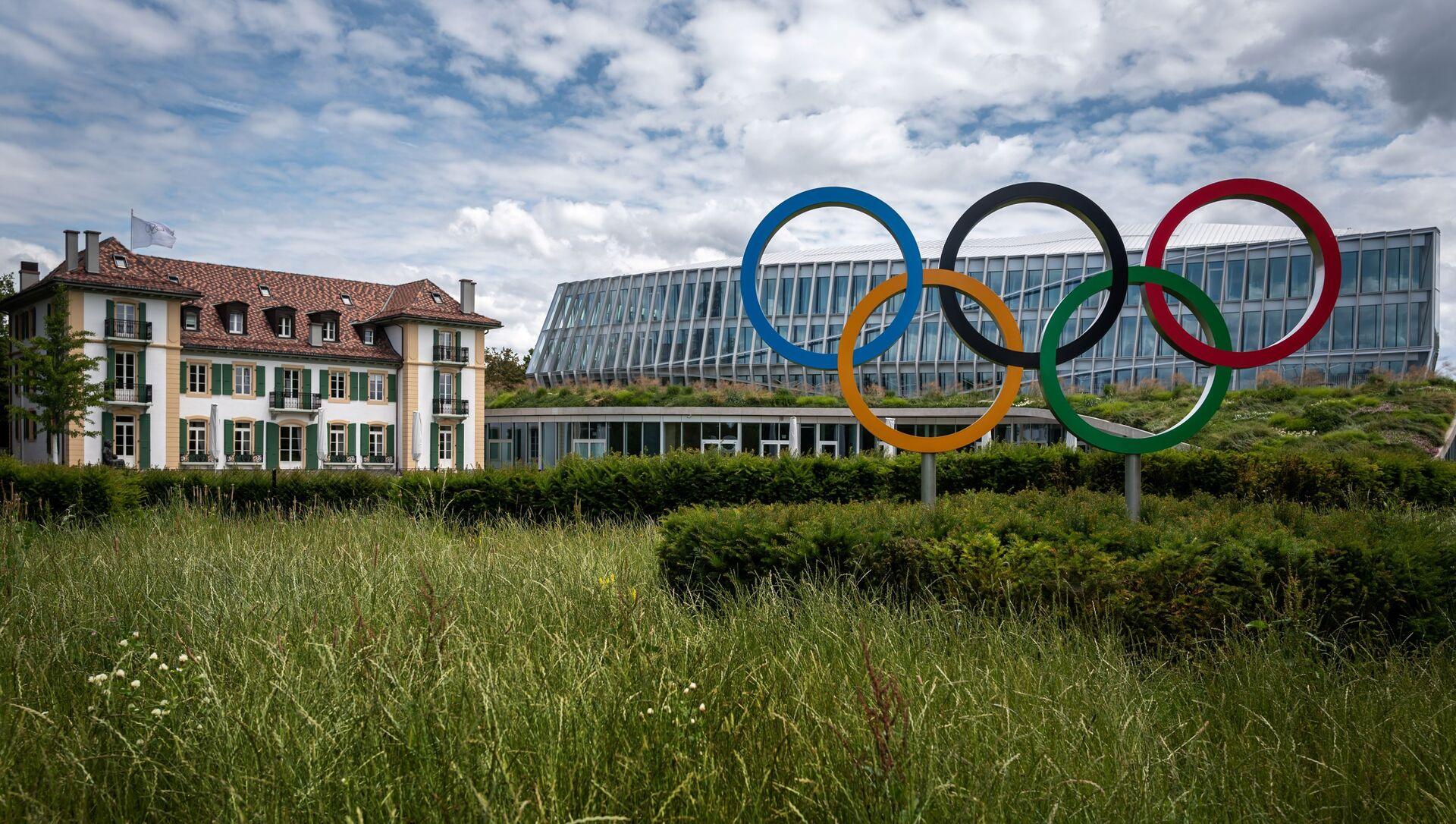 Логотип Олимпийских Игр перед штаб-квартирой МОК в Лозанне, фото из архива - Sputnik Азербайджан, 1920, 13.08.2021