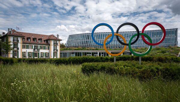 Логотип Олимпийских Игр перед штаб-квартирой МОК в Лозанне, фото из архива - Sputnik Азербайджан