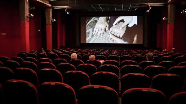 Люди сидят в кинотеатре, фото из архива - Sputnik Азербайджан