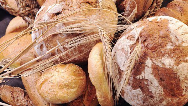 Свежеиспеченный хлеб на столе - Sputnik Азербайджан
