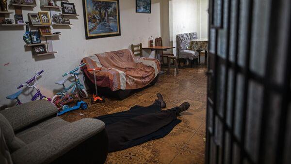 Тело мужчины лежит на полу, фото из архива - Sputnik Азербайджан