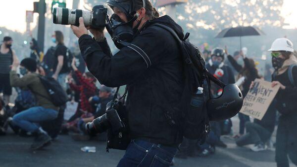 Фотограф New York Times  во время съемки протестов в США  - Sputnik Азербайджан