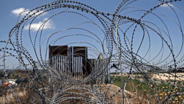 Колючая проволока возле пограничного заграждения, фото из архива - Sputnik Азербайджан