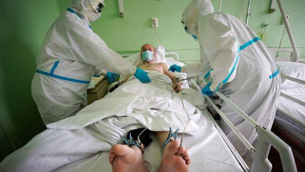 Медицинские работники и пациент в госпитале для зараженных коронавирусной инфекцией COVID-19 в Твери, фото из архива - Sputnik Азербайджан