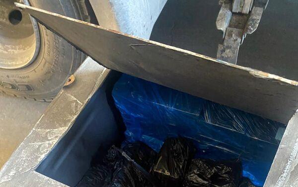 Телефоны, обнаруженные в бензобаке грузовика - Sputnik Азербайджан