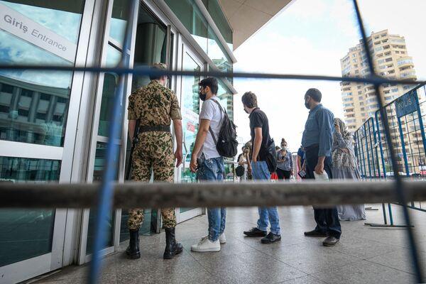 Люди стоят в очереди для входа в бакинское метро - Sputnik Азербайджан
