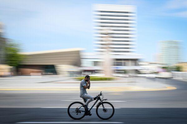 Велосипедист на улице в Баку во время особого карантинного режима - Sputnik Азербайджан