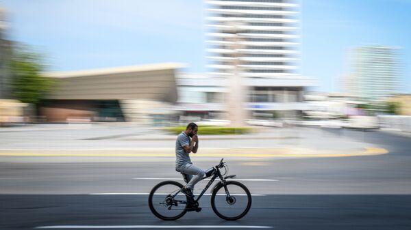 Велосипедист на улице, фото из архива - Sputnik Азербайджан