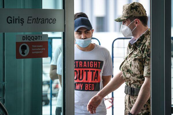 Сотрудник МВД у входа одной из станций Бакинского метрополитена - Sputnik Азербайджан