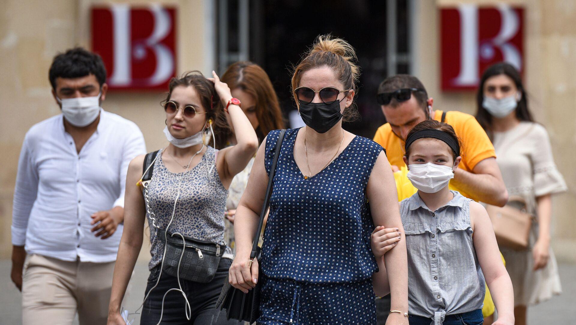 Люди в медицинских масках на улице в Баку во время особого карантинного режима - Sputnik Азербайджан, 1920, 20.08.2021
