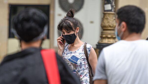 Девушка в защитной маске на улице в Баку во время особого карантинного режима - Sputnik Азербайджан