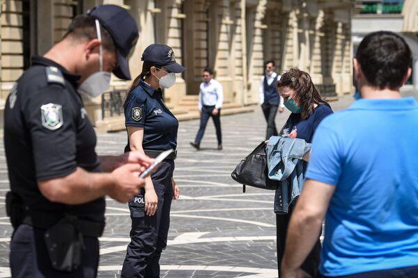 Сотрудники полиции проверяют разрешения жителей столицы для выхода на улицу - Sputnik Азербайджан