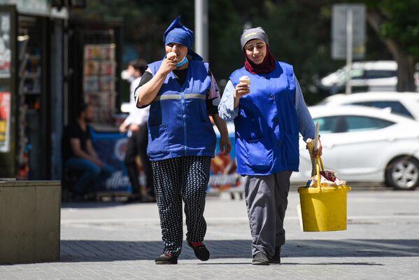 Работницы коммунальных услуг на улице в Баку во время особого карантинного режима - Sputnik Азербайджан