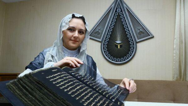 Азербайджанская художница и мастер по росписи Тунзале Мамедзаде и ее шелковый Коран - Sputnik Азербайджан