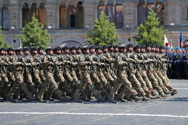 Азербайджанские военнослужащие маршируют во время парада Победы на Красной площади в Москве, Россия, 24 июня 2020 года - Sputnik Азербайджан