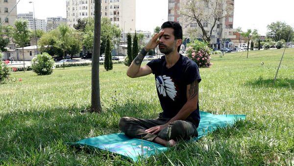 Азербайджанец показывает, как справиться с депрессией на карантине  - Sputnik Азербайджан
