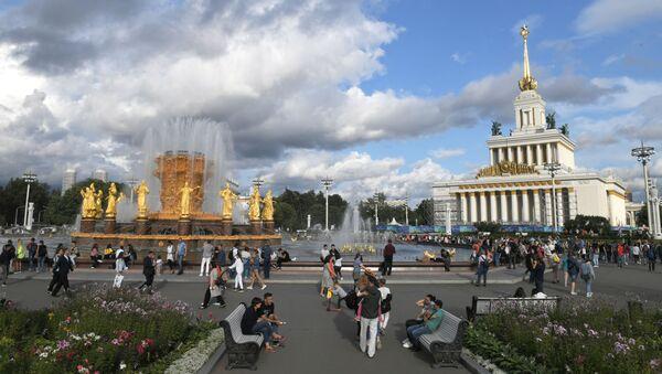 Отдыхающие на ВДНХ в Москве, фото из архива - Sputnik Азербайджан