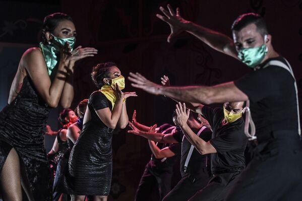 Танцоры выступают на XIV Международном фестивале танго в музее Метрополитен в Медельине, Колумбия - Sputnik Азербайджан