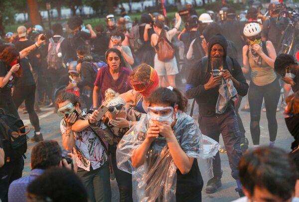 Протестующие бегут во время протестов против расового неравенства в Вашингтоне, Округ Колумбия, США - Sputnik Азербайджан