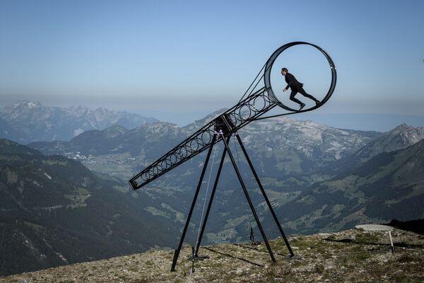 Швейцарский акробат Рамон Катринер выступает с шоу Колесо смерти - Sputnik Азербайджан