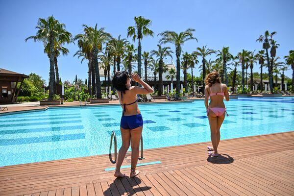 Туристки у бассейна роскошного отеля в Анталье, Турция - Sputnik Азербайджан