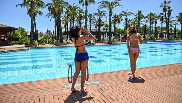 Туристки у бассейна роскошного отеля в Анталье, Турция - Sputnik Azərbaycan