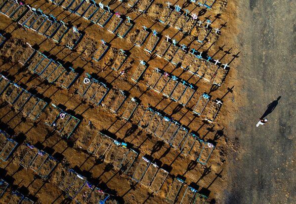 Свежие могилы жертв коронавируса на кладбище Nossa Senhora Aparecida в Манаусе, Бразилия - Sputnik Азербайджан