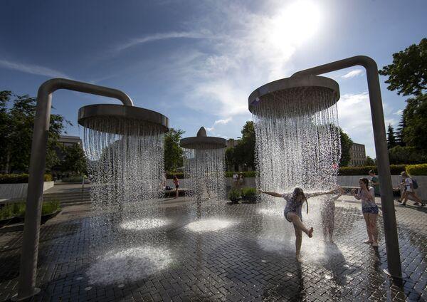 Дети играют в фонтане во время жары в Вильнюсе, Литва - Sputnik Азербайджан