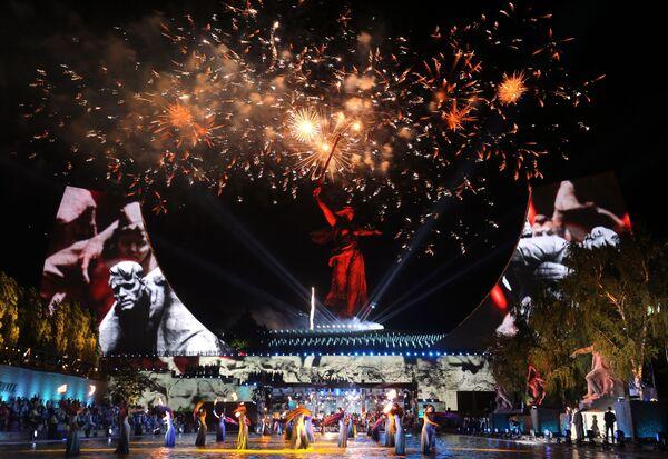 Участники торжественного концерта у подножия отреставрированного монумента Родина-мать зовет! на Мамаевом кургане в Волгограде - Sputnik Азербайджан
