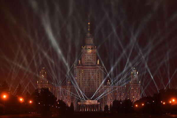 Главное здание Московского государственного университета имени М. В. Ломоносова во время акции Лучи Победы в Москве - Sputnik Азербайджан