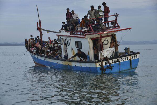 Лодка с людьми из племени рохинья у берегов Индонезии - Sputnik Азербайджан