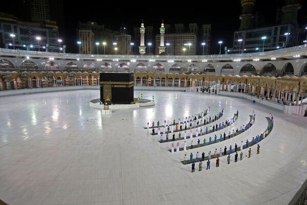 Верующие во время молитвы в Каабе, Саудовская Аравия - Sputnik Азербайджан