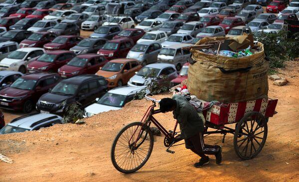 Местный житель с велосипедом в индийском городе Бангалор - Sputnik Азербайджан