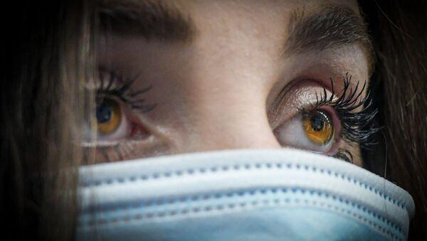 Девушка в медицинской маске в Баку - Sputnik Azərbaycan