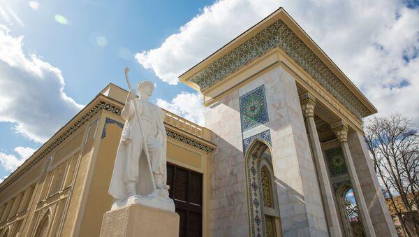 Скульптура Чабан, выполненная известным азербайджанским скульптором-монументалистом Абдурахмановым у павильона Азербайджан на ВДНХ в Москве - Sputnik Азербайджан