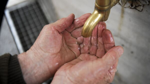 Мужчина моет руки, фото из архива - Sputnik Азербайджан
