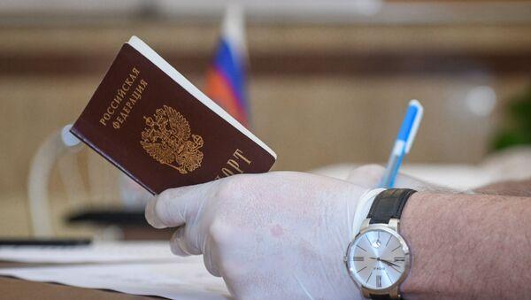 Голосование по поправкам в Конституцию РФ в посольстве России в Баку - Sputnik Азербайджан